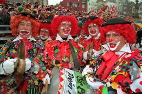 """Karneval: """"Jecken"""" feiern am Rhein"""